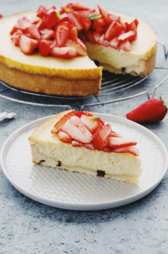 part de cheesecake à la fraise et base cookies